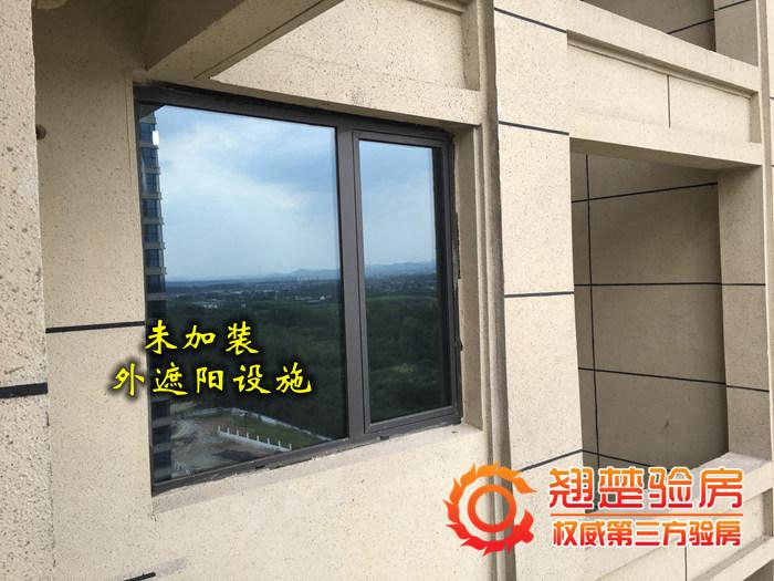 第六条,建筑物需要以玻璃作为建筑材料的下列部位必须使用安全玻璃: (一)7层及7层以上建筑物外开窗。 (二)面积大于1.5m2的窗玻璃或玻璃底边离最终装修面小于50cm的落地窗。 (三)幕墙(全玻幕除外)。 (四)倾斜装配窗、各类天棚、吊顶。 (六)室内隔断、屏风。 (七)楼梯、阳台、平台走廊的拦板和中庭内护栏板。